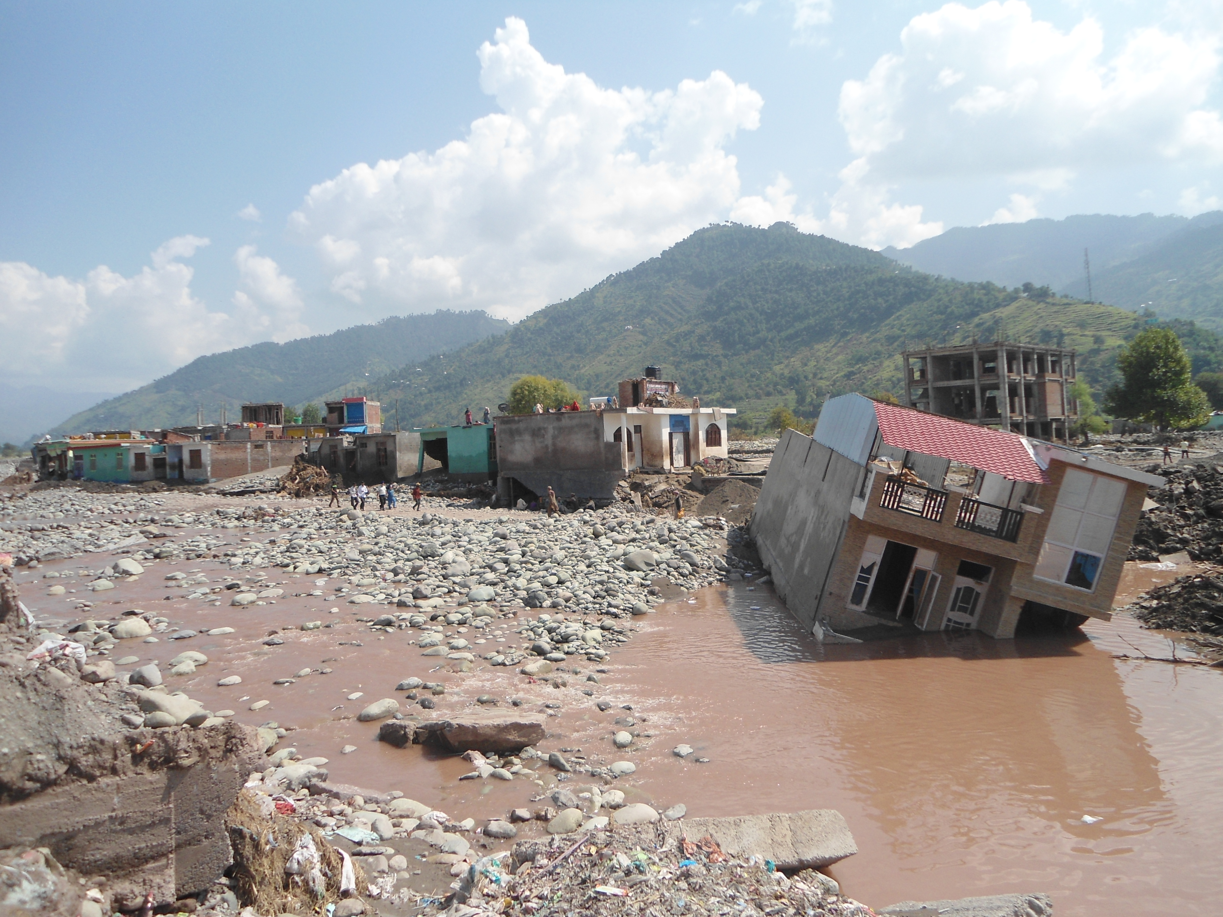 Hus sveptes bort i jordskred i nepal